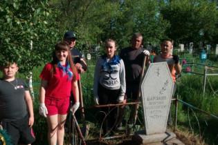 Волонтеры Поспелихинской школы №3 привели в порядок могилу участника ВОВ