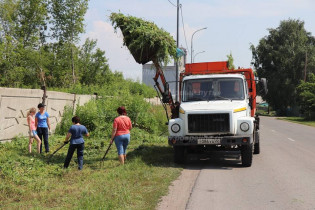 На благо родной Поспелихи решили потрудиться работники ЦСА и МУП «Благоустройство»